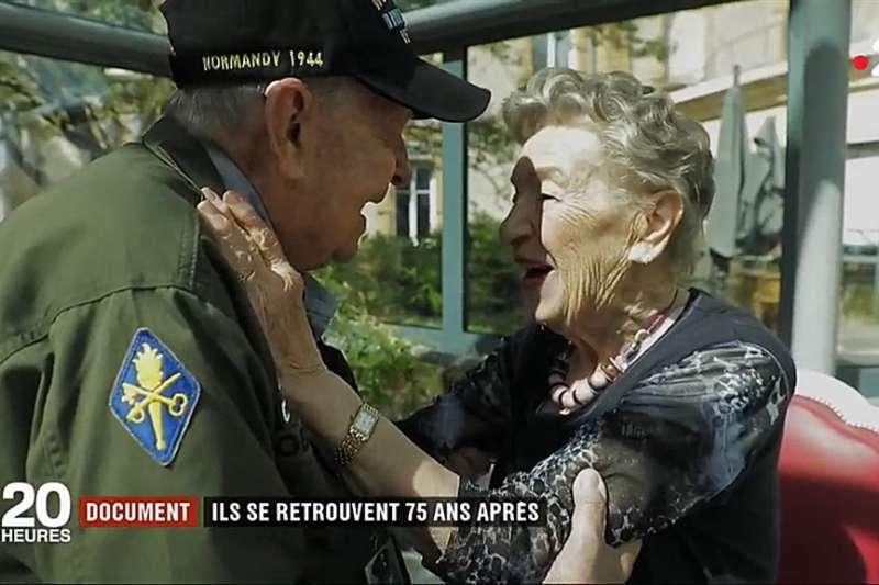 美國98歲老兵羅賓斯(左)與二戰時相遇的法籍戀人嘉納耶(右)時隔75年重逢。(翻攝法國第2電視台官網)