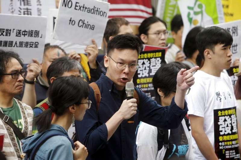 包括台灣人權促進會、島國前進等20多個團體12日在台北的香港經貿文化辦事處外聲援「反送中」。學運領袖林飛帆(中)呼籲大家要「聲援香港,也要守住台灣」。(美聯社)