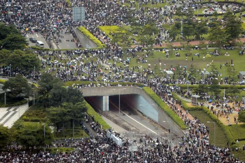 反對《逃犯條例》修法的香港民眾在立法會附近佔領道路,整個金鐘一帶被包圍的水泄不通。(美聯社)