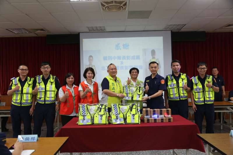 新北市議員彭成龍及夫人彭葉蓮珠,選在6月15日警察節前捐贈土城分局爆閃型肩燈及透氣式反光背心300套,強化員警執勤安全。(圖/新北市土城分局提供)