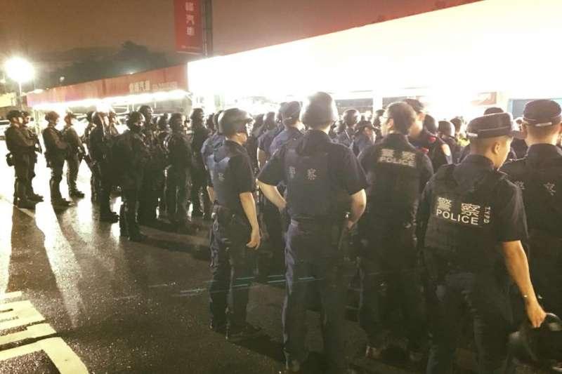20190613-桃園市12日晚間市議會旁車行發生挾持人質事件,歷經近5小時的對峙後,9名人質平安獲釋,2名嫌犯也交出槍械就逮。(取自鄭文燦臉書)