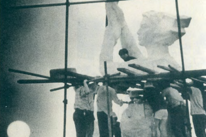 六四天安門事件32週年:由學生所築起的自由女神像,不久之後就被解放軍摧毀了。(美聯社)