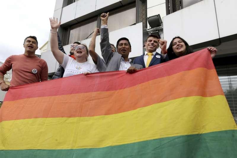厄瓜多憲法法院12日裁決2對男同性戀伴侶有權結婚(美聯社)