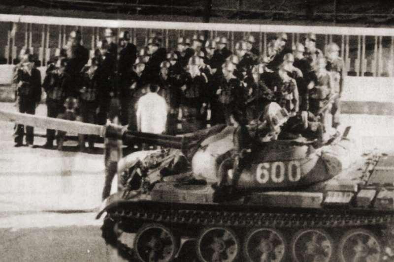 解放軍要出發前,一位軍官對著部隊訓話。(資料照,美聯社)
