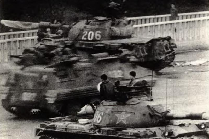六四事件,圖為坦克佔據北京東面的要道。(資料照,美聯社)