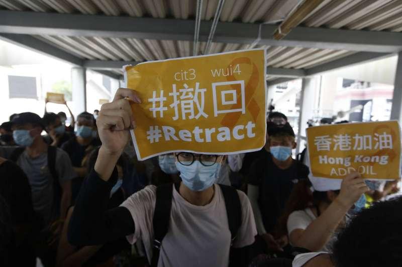 香港金鐘立法會前,民眾13日持續反送中抗爭。送中條例、逃犯條例。(新新聞郭晉瑋攝)