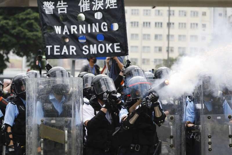 香港的「反送中」爭議12日在金鐘街頭上演流血衝突,警方對示威群眾祭出催淚彈、橡膠子彈、布袋彈。(美聯社)