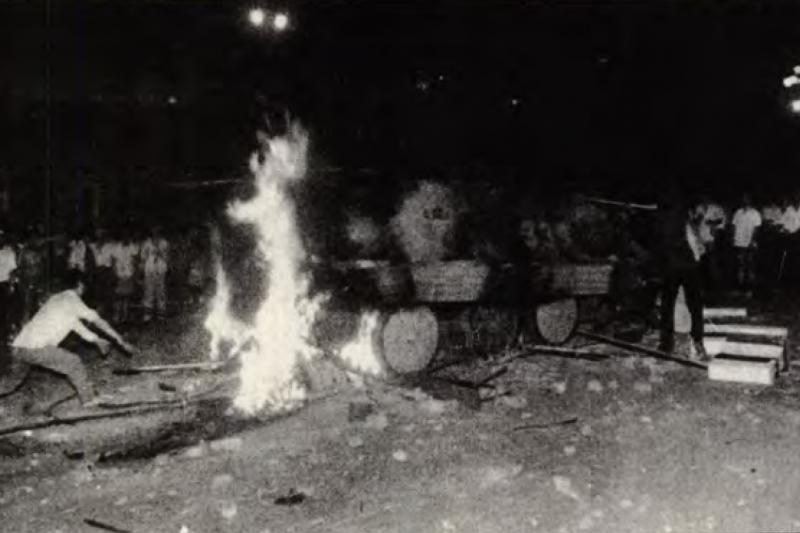 裝甲車衝入天安門廣場,遭到民眾阻擋。(資料照,美聯社)