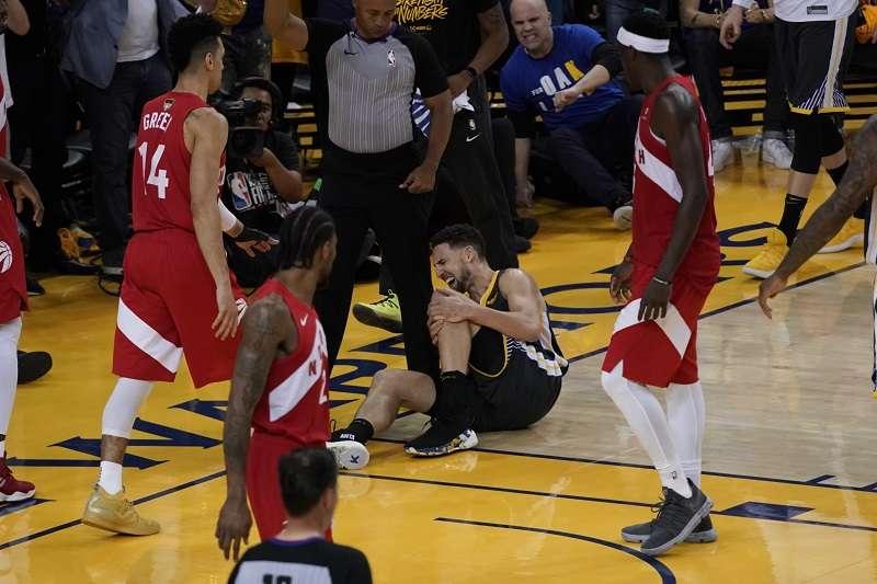 湯普森原本想休息兩分鐘後再度上場,不過根據最新消息,湯普森的左膝前十字韌帶確定斷裂。 (美聯社)
