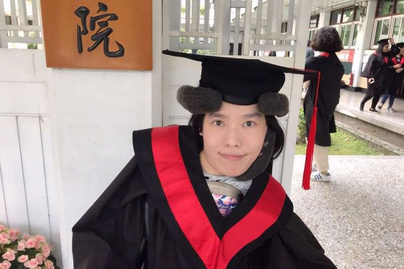 今年獲邀成為輔大畢業生代表的李怡潔是一位漸凍人,曾被醫生診斷活不過20歲,卻還是堅強地撐了過來。(圖/作者提供)