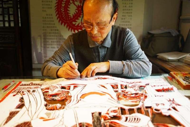 傳承院內雕花剪紙技藝老師。(新華社)