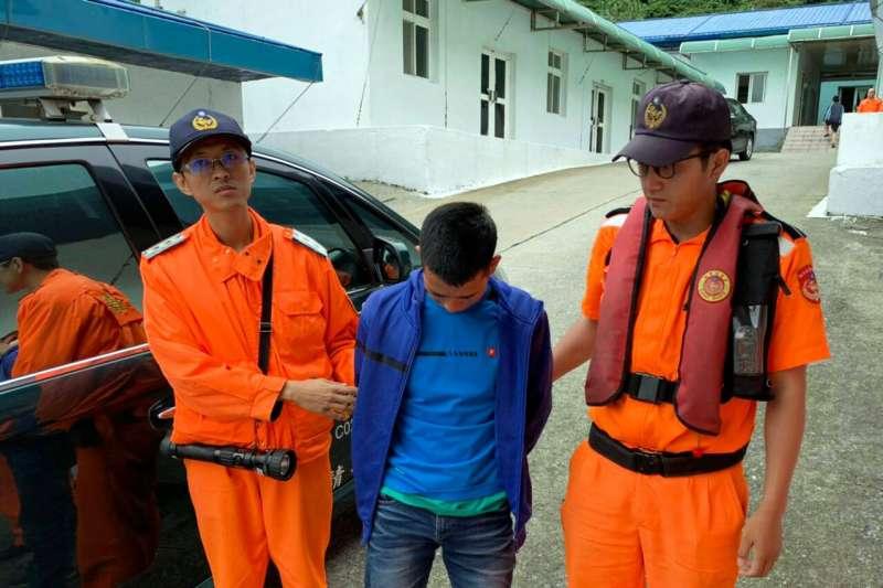 海巡署會同相關單位,12日偵破跨台灣、中國、越南三地的國際人蛇集團,緝獲台籍王姓首腦及共犯20人,另有越南籍偷渡犯19人。(海巡署提供)