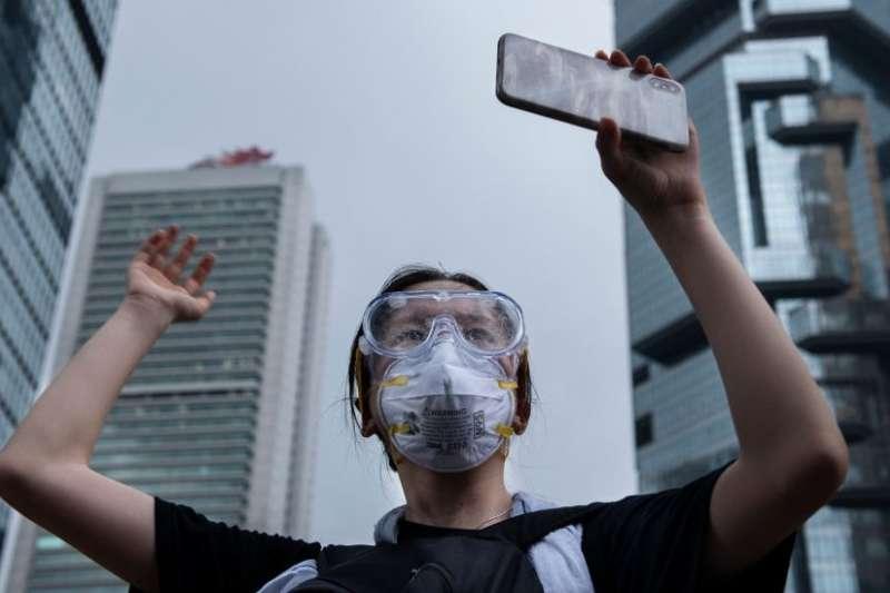 6月12日,香港一名抗議者用手機記錄其與警方的對抗。(BBC中文網)