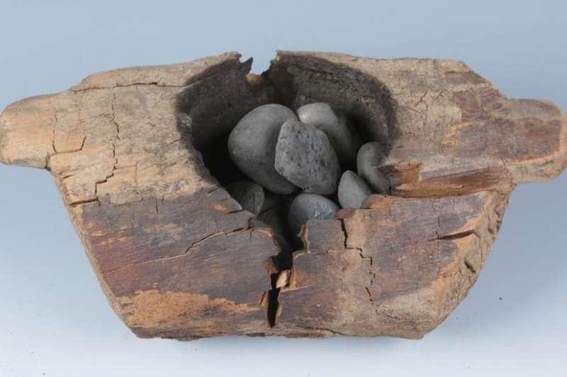 考古發現木質火壇,內部有被強烈灼燒得痕跡,且放置有數量不等的卵石。(BBC中文網)