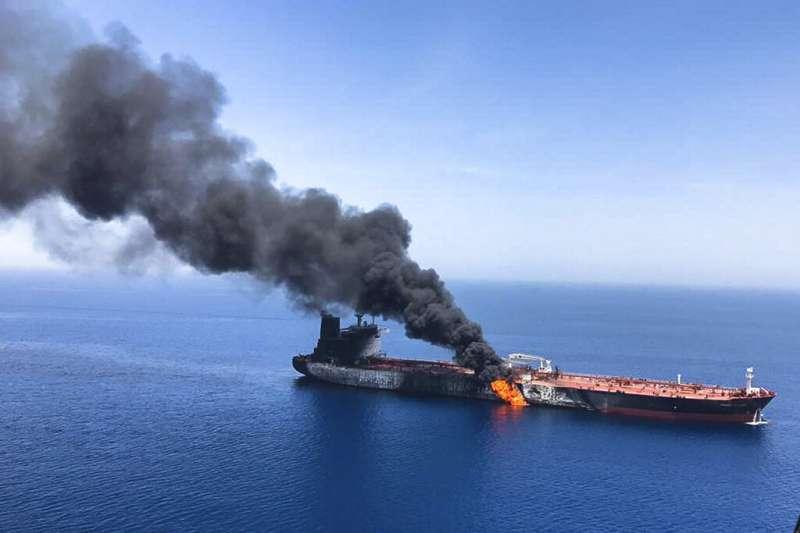2019年6月13日在阿曼灣遇襲起火的油輪。(美聯社)