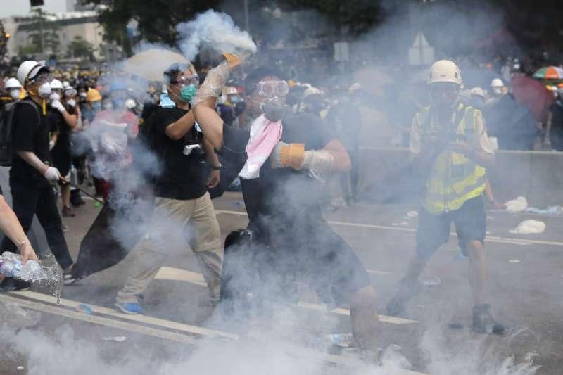 香港「反送中」運動,市民強烈反對《逃犯條例》修法,警方強力鎮壓(AP)