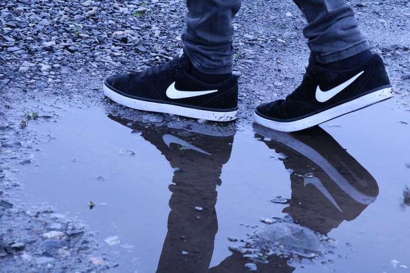 究竟下雨天鞋濕了該怎麼辦呢?教你這幾招小撇不,未來雨再大都不怕!(圖/取自Pixabay)