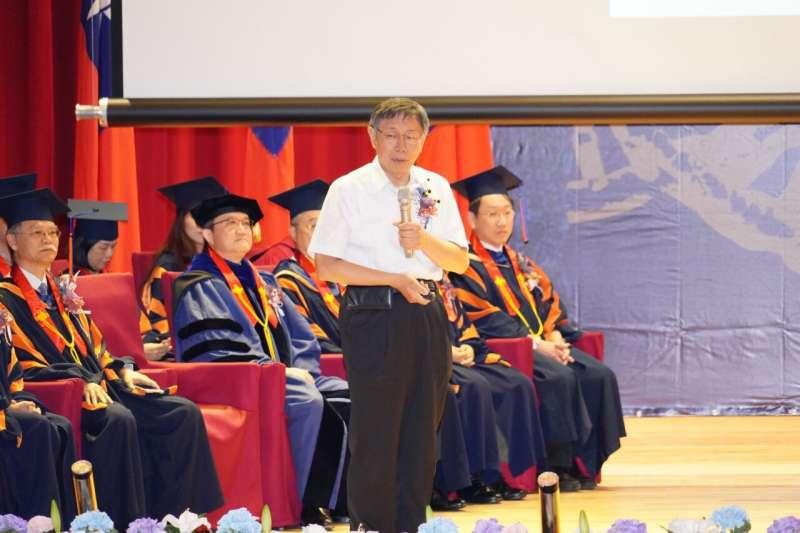 台北市長柯文哲15日上午出席陽明大學畢業典禮,否認近日曾與總統蔡英文會面 。(台北市政府提供)