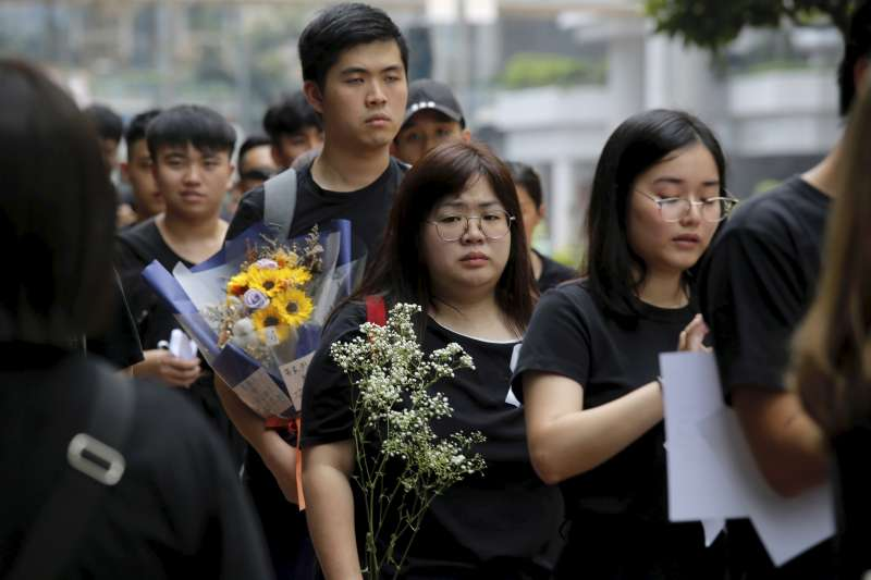 2019年6月16日「譴責鎮壓、撤回惡法大遊行」,香港「反送中」市民悼念一位在前一日墜樓身亡的示威者(AP)