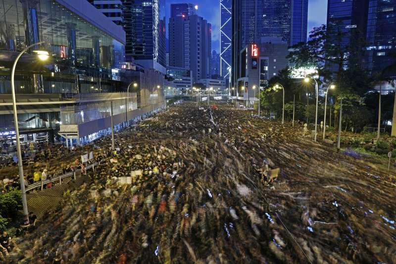 2019年6月16日「譴責鎮壓、撤回惡法大遊行」,香港市民再度走上街頭「反送中」,要求政府撤回《逃犯條例》修法,特首林鄭月娥下台(AP)