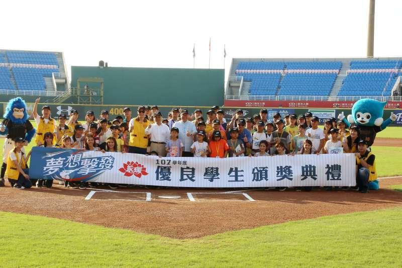 6月15日永瑞頒獎典禮邀請獲獎學生於棒球場中接受全場歡呼鼓勵,表揚他們不畏困境持續向學。(圖/昇恆昌提供)