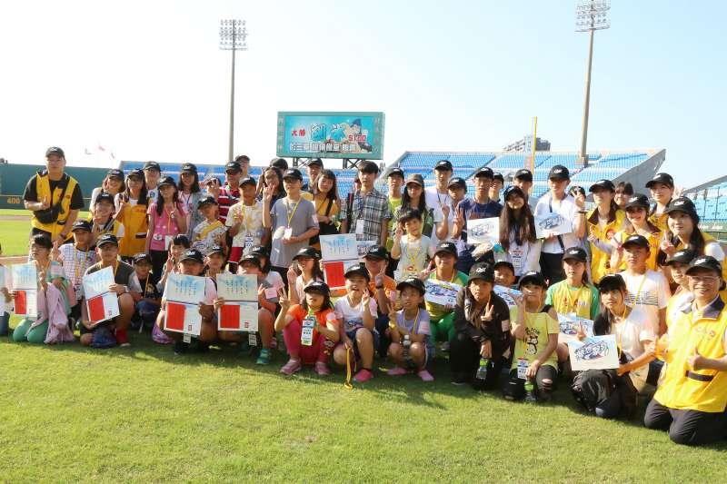 永瑞頒獎典禮邀請獲獎學生於棒球場巡禮,一睹球場不為人知的魅力風采。(圖/昇恆昌提供)