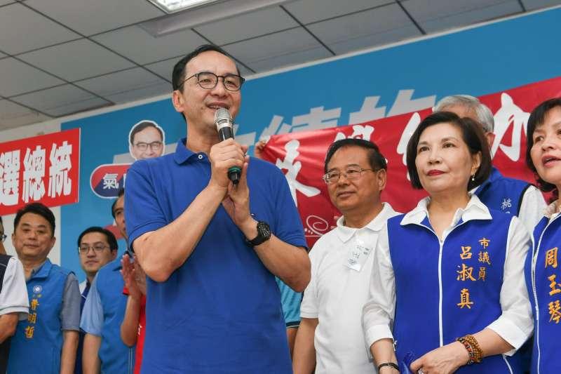 前新北市長朱立倫(前左一)16日回桃園和「朱隊友」見面。(取自朱立倫臉書)