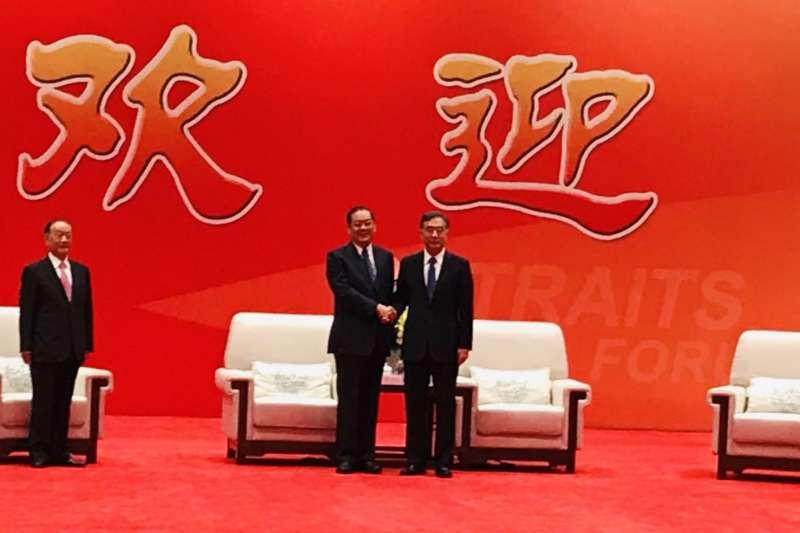 第11屆海峽論壇16日上午舉行開幕式,國民黨副主席兼秘書長曾永權會前率參訪團成員會見中國政協主席汪洋。(國民黨提供)