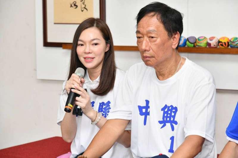 鴻海董事長郭台銘和妻子曾馨瑩17日拜訪南投中興國中棒球場。(郭台銘辦公室提供)