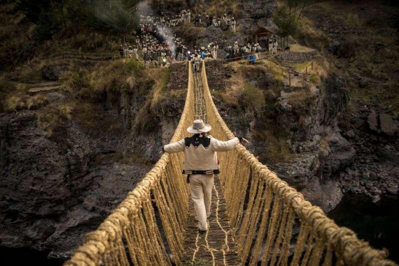 古印加帝國手工編織而成的百年草橋(BBC中文網)