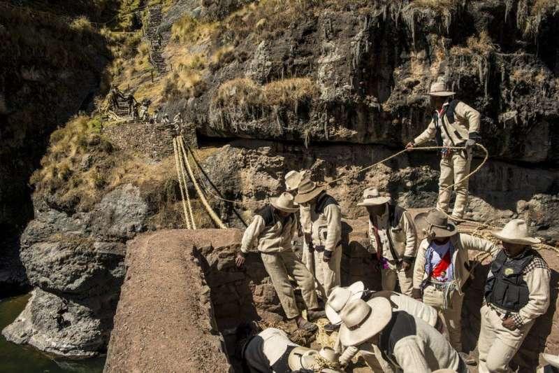 祕魯600年草橋每年都會被拆下,然後重新編織(BBC中文網)
