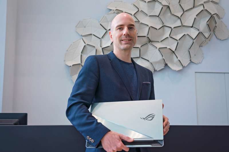 BMW Group Designworks設計總監NILS UELLENDAHL與ROG概念筆電ROG Face Off。(圖/ASUS提供)
