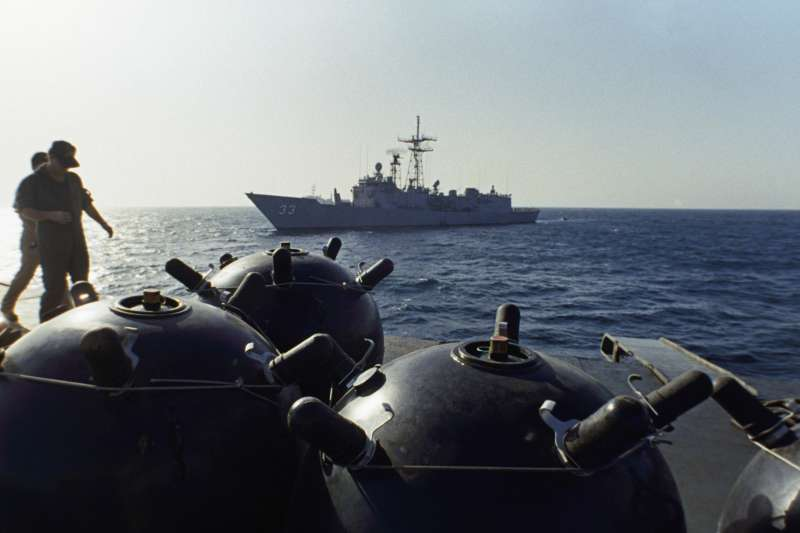 1987年,一艘伊朗海軍船艦載運水雷在荷莫茲海峽(Strait of Hormuz)活動(AP)