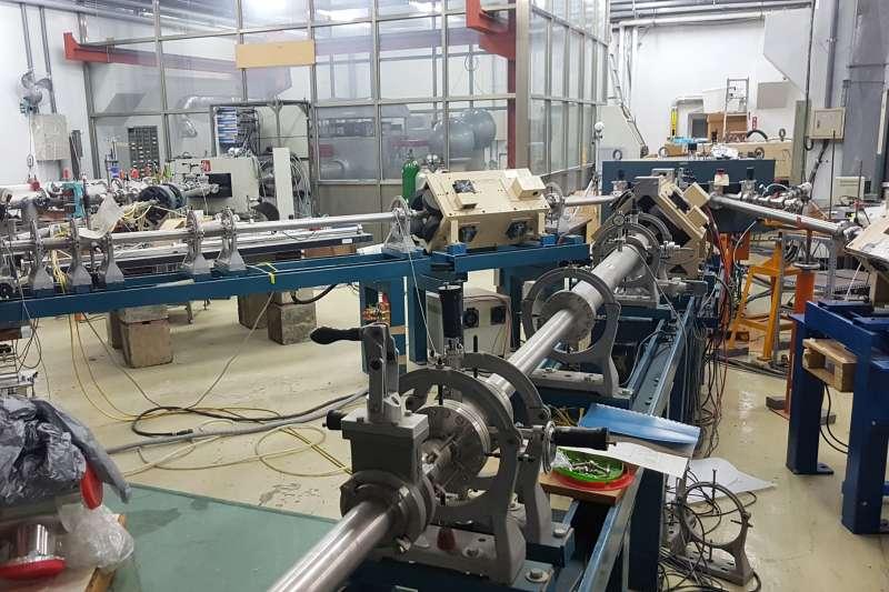 清大楊銀圳教授在10多坪的粒子加速器實驗室中,發現在粒子加速器導出W中間子。(圖/方詠騰攝)