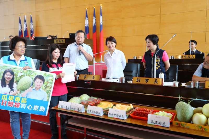台中市議員吳瓊華建議設立「瓜果示範專區」,市長盧秀燕表示將會帶著水果前往行政院會行銷。(圖/台中市政府提供)