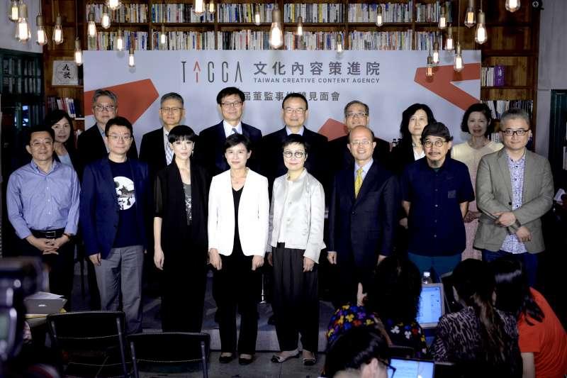 文化部長鄭麗君(前左四)與廖福特(前左一起)、聞天祥、陳珊妮等文策院第一屆董監事合影。(文化部提供)