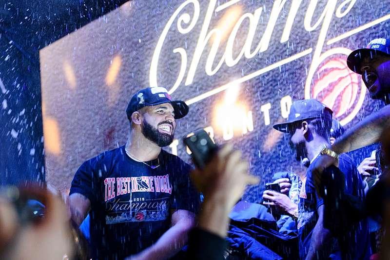 多倫多暴龍宣傳大使,知名饒舌歌手德瑞克,傳出收到 NBA 官方的訊息,基於安全問題,總冠軍第六戰不要到奧克蘭觀賽。(美聯社)