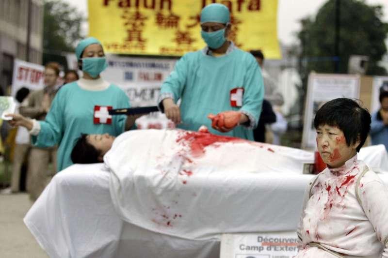 一名法輪功學員2006年6月15日在歐洲委員會前抗議他們所說的中國摘除法輪功學員器官的犯罪行為。(AP)