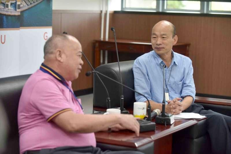 高雄市長韓國瑜(右)感謝香港海鮮業聯合總會主席李彩華(左)擴大採購高雄漁產品。(高雄市政府提供)