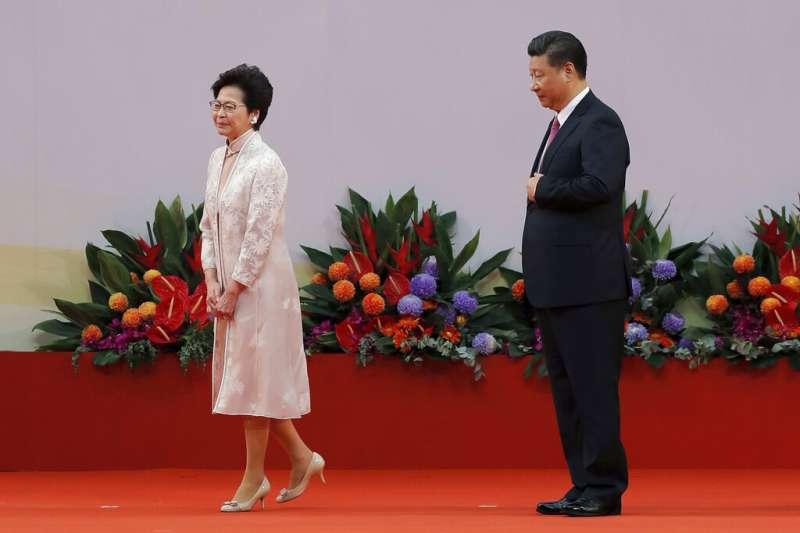 林鄭月娥(左)被視為習近平(右)人馬,讓中共官僚給予她最大政治支持。(美聯社)