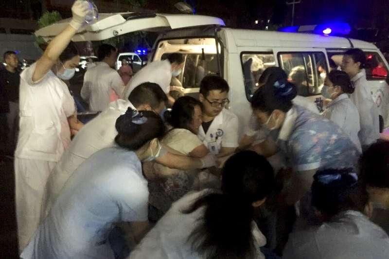 四川宜賓市長寧縣17日深夜發生地震,醫護人員緊急搶救傷者。(美聯社)