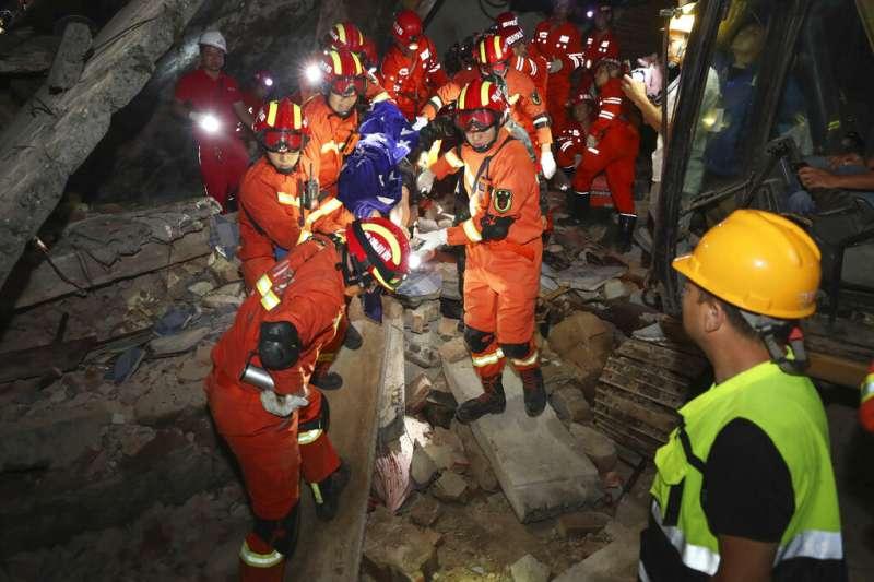 四川宜賓市長寧縣17日深夜發生地震,救援人員積極搜救受災民眾。(美聯社)