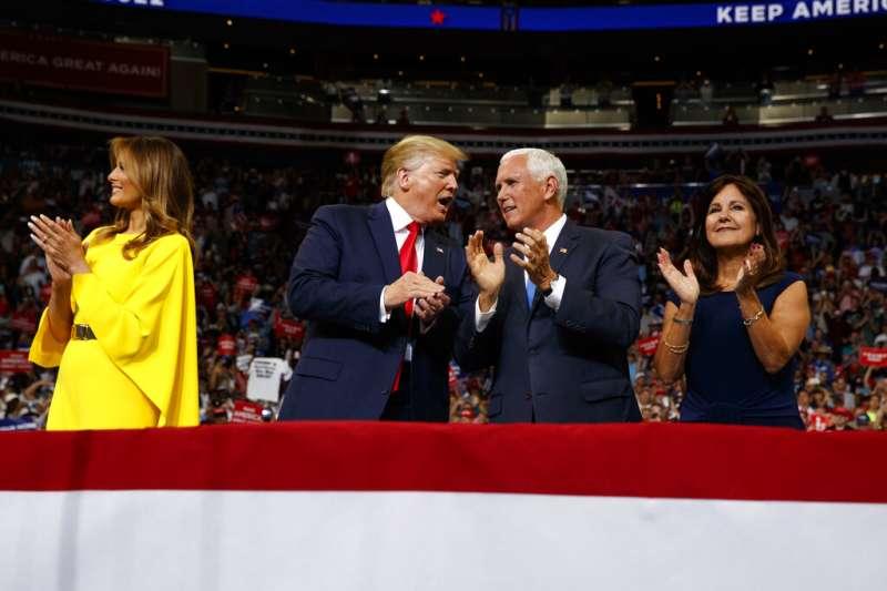 美國總統川普18日晚間現身佛羅里達州中部城市奧蘭多,正式宣布參加2020年總統選舉,圖為川普與副手彭斯,兩人旁邊是各自的夫人梅蘭妮亞、卡倫。(AP)