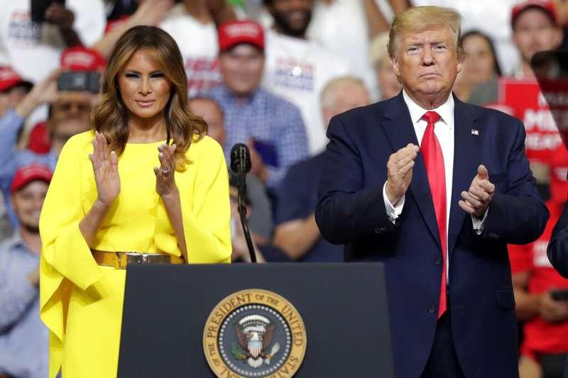 美國總統川普18日晚間現身佛羅里達州中部城市奧蘭多,正式宣布參加2020年總統選舉,妻子梅蘭妮亞也出席造勢場合。(AP)