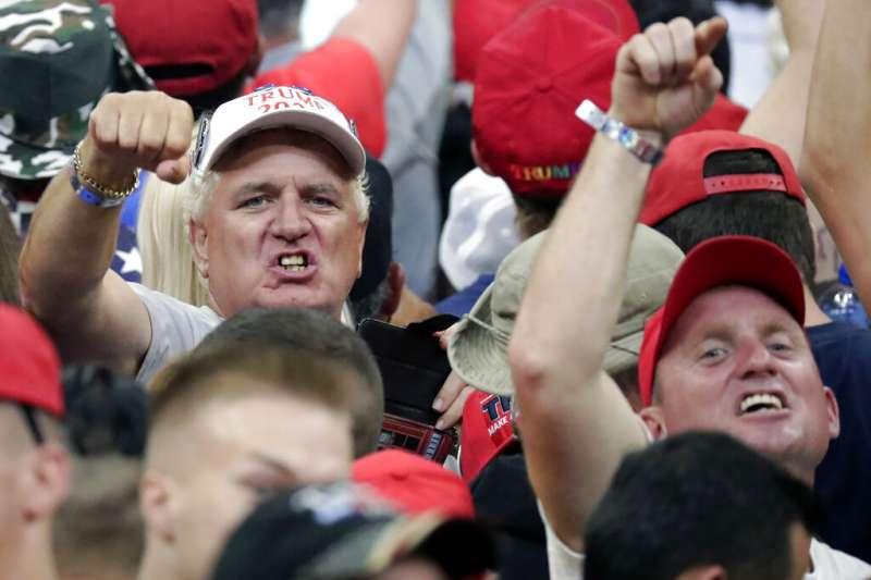 美國總統川普18日晚間現身佛羅里達州中部城市奧蘭多,正式宣布參加2020年總統選舉,圖為川普支持者。(AP)