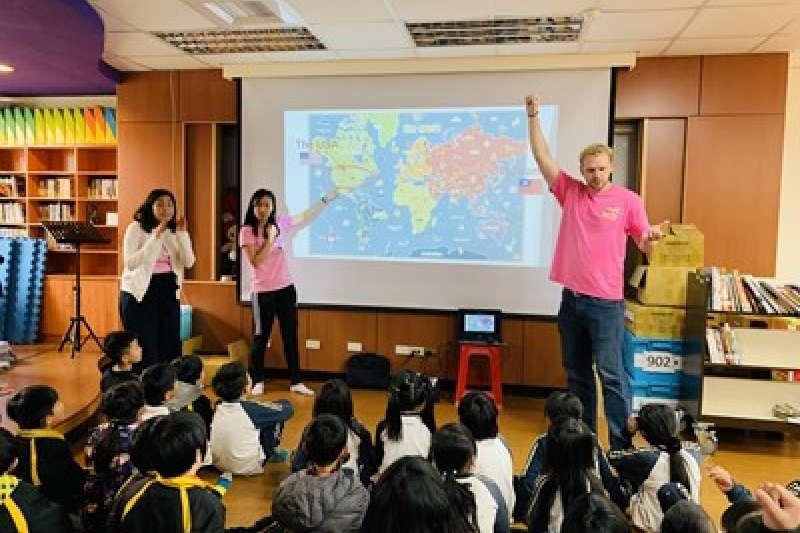 外籍教師利用世界地圖點燃孩子學習興趣。(圖/台中市政府提供)