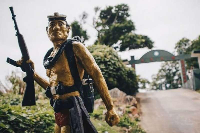 20190619-在兩岸對峙的年代,雙方互派水鬼至對方沿岸摸哨,今年初剛以90歲高齡過世的毛守義,海龍蛙兵尊其為「海龍王」,即是因為1970年代他帶領蛙兵對抗中共水鬼,現在在偵察營偵三連門口還有他的塑像,以茲紀念。(取自軍聞社)