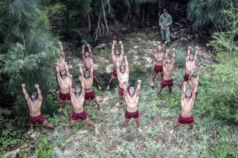 20190619-想進入陸軍101兩棲偵察營並不容易,長時間的訓期,加上結訓前的「硬漢路」,絕對會造成學員身心靈極大壓力和疲憊。圖為學員在草堆芒刺間操作蛙操,磨練忍受力。(取自軍聞社)