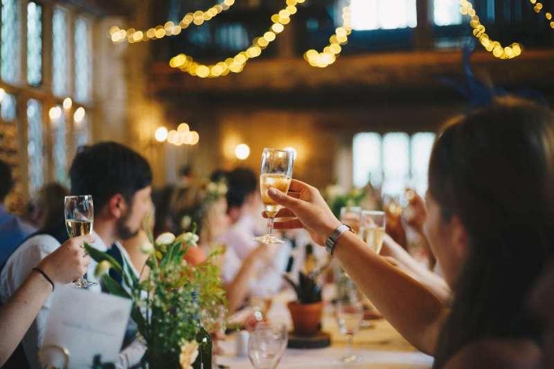 邀朋友來聚會時,Come和Go的用法有什麼差別呢?(圖/Unsplash)