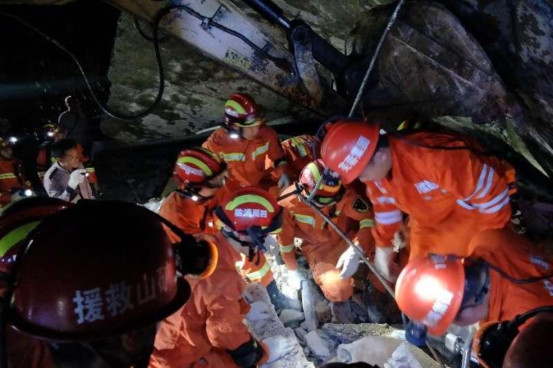 2019年6月17日,四川宜賓長寧縣深夜發生6級地震,造成房屋倒塌,逾兩百人傷亡。救援人員正在廢墟中尋找倖存者。(翻攝微博)